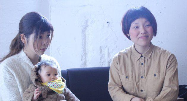 (左)櫨畑さんのお子さんを抱くカメラマンの望月聡子さん(右)櫨畑敦子さん