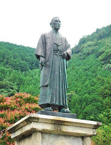 ●川上村に立つ土倉庄三郎の銅像