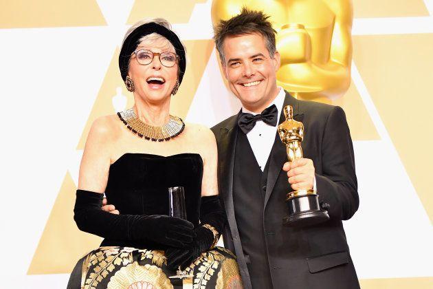 リタ・モレノ(左)と「ナチュラルウーマン」で外国語映画賞を受賞した、セバスティアン・レリオ監督。