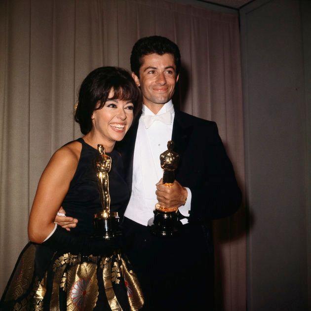 1962年の授賞式で、ジョージ・チャキリスと並んでオスカーをみせるリタ・モレノ
