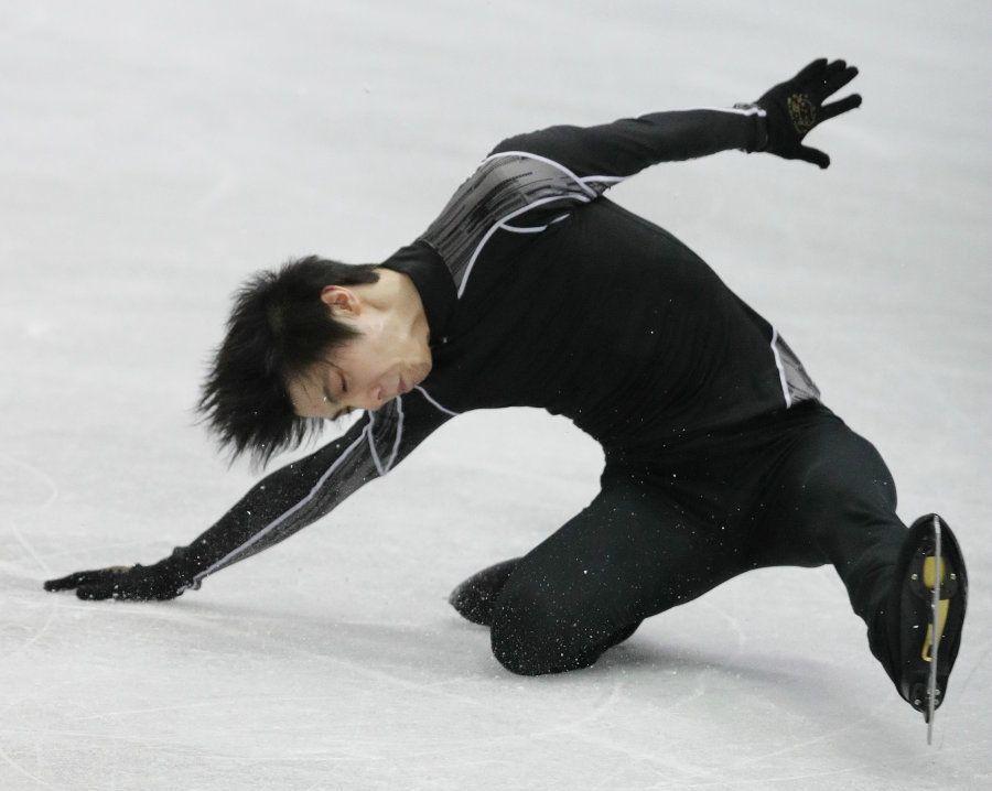公式練習のジャンプの着氷でバランスを崩し、転倒する羽生結弦(ANA)=9日、大阪市中央体育館