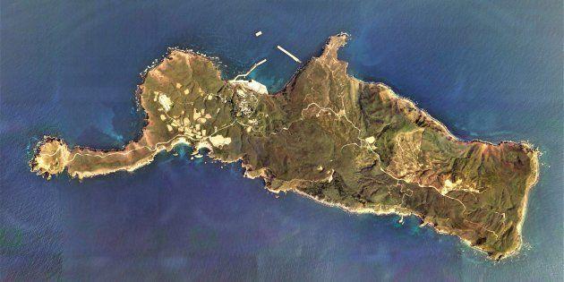 鹿児島県三島村の竹島の空中写真
