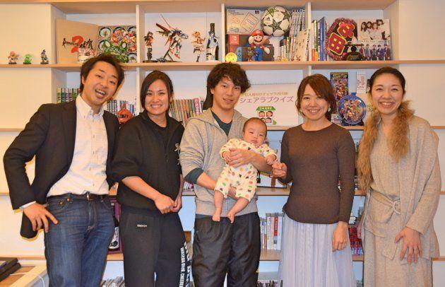 (左から)栗山和基さん、木暮美希さん、小野真彰さん、栗山さん夫妻の長男、阿部珠恵さん、栗山奈央美さん