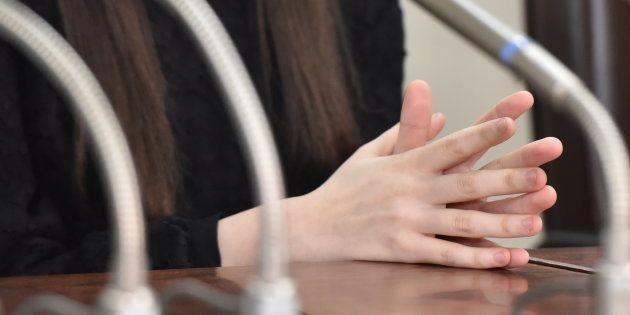 記者会見する原告の女性=東京地裁