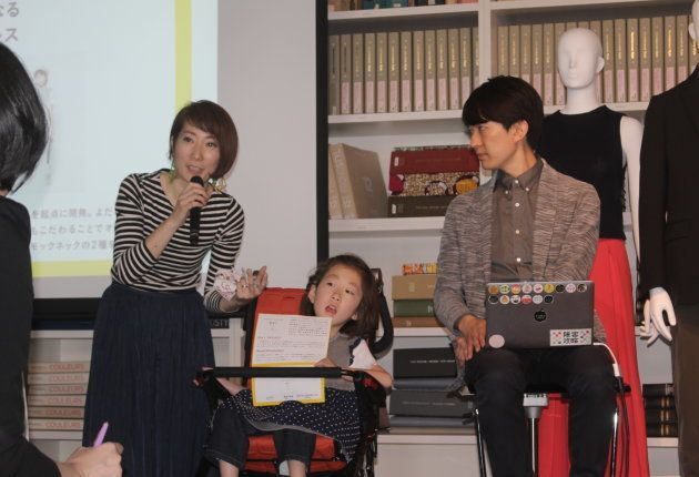 (左から)加藤真心(まこ)ちゃんのお母さん、まこちゃん、Social WEnnovatorsのメンバーで、電通のコピーライターの澤田智洋さん