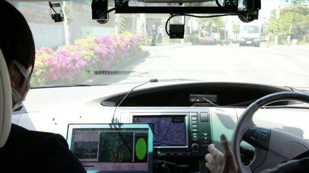 ▲今回、日本信号の協力のもと、信号制御機にリアルタイムに信号情報を4GLTE経由で配信できる装置を取り付け、車両側で信号の状態を認識して、進むか停止するか判断する実験も行っている。通常はカメラによる画像認識だが、これが実現したらより正確に信号を通過できることになる
