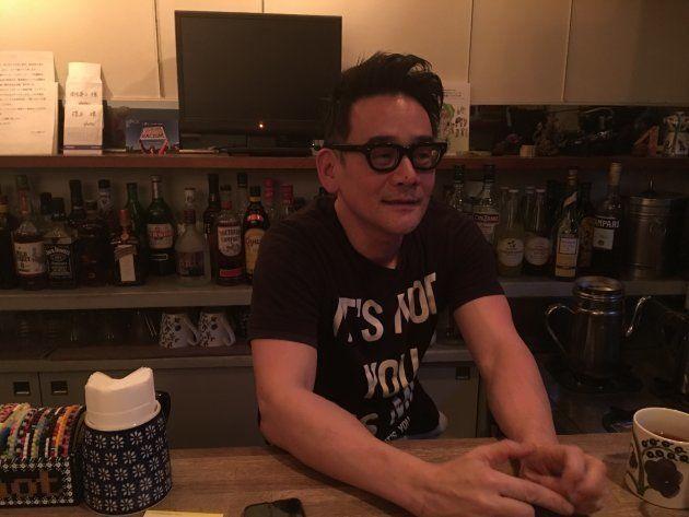 インタビューは、ハスラーさんが毎週火曜日にスタッフを務める新宿3丁目のバー「タックスノット」で行われた。タックスノットは造形作家でゲイ・アクティビストの大塚隆史さんがオーナーのゲイ・ミックス・バー。