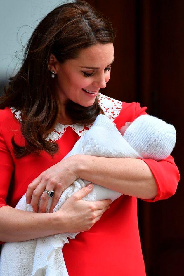 産後7時間、ヒールで笑顔?