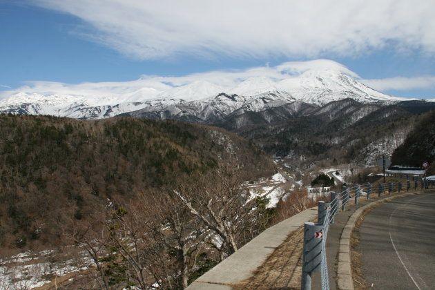 雪を抱いた知床連山(3月30日撮影)