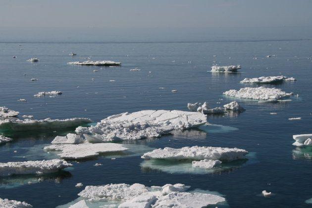 ウトロ漁港の近くから見た流氷(3月30日撮影)