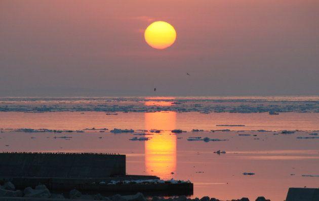 ウトロ漁港に沈む夕日。雄大な光景でした(3月28日撮影)