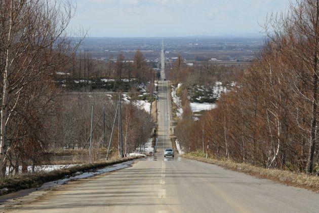 斜里町の「天に続く道」。延々とまっすぐに見えることで有名です(3月30日撮影)