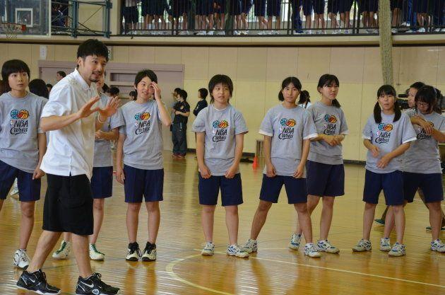 田臥選手は2012年6月に宮城県塩釜市を訪問。バスケットボールを通じて、中学生たちと交流した