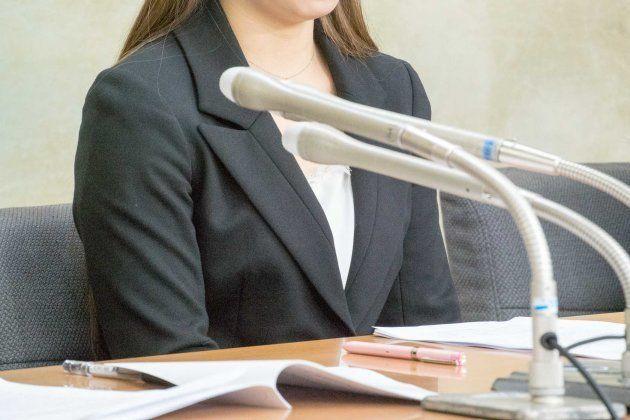 厚労省で記者会見する原告女性