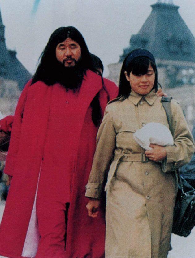 地下鉄サリン事件以前に撮影された麻原彰晃・死刑囚(左)と妻の松本知子氏