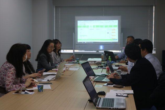 サバイバーの人たち(写真左側)と日本対がん協会の打ち合わせ=東京・銀座