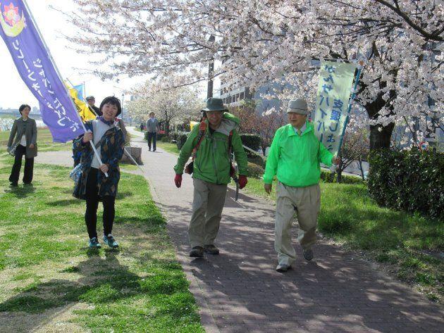 がんサバイバー支援のウォークで、新潟市内を歩く垣添忠生・日本対がん協会会長(中央)=4月13日