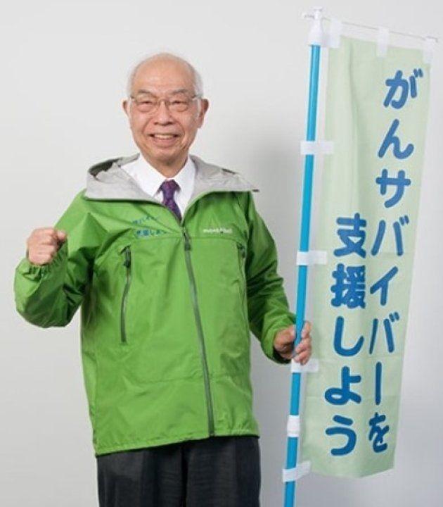 がんサバイバー支援のウォークに立つ前の垣添会長。緑がシンボルカラーだ