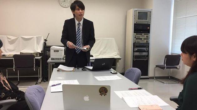 大平亮介さん(奥)。10月、「教育費クライシス」と題したミニ講演に参加し、自分が調査した結果から見えてきた課題を伝えた。