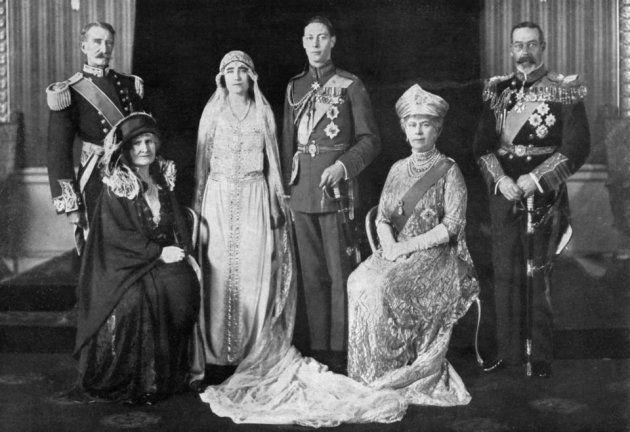 エリザベス・ボーズ=ライアンとアルバート皇太子(中央)の結婚式