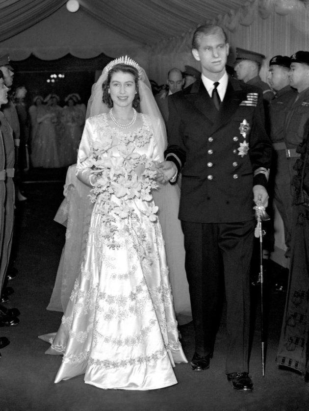 結婚式の後、ウェストミンスター寺院を出るエリザベス王女とフィリップ・マウントバッテンさん。1947年。