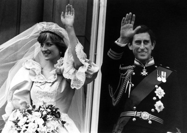 バッキンガム宮殿のバルコニーから手を振るダイアナさんとチャールズ皇太子