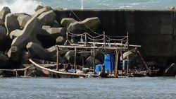 秋田・男鹿に木造船が漂着、船内から8人の遺体