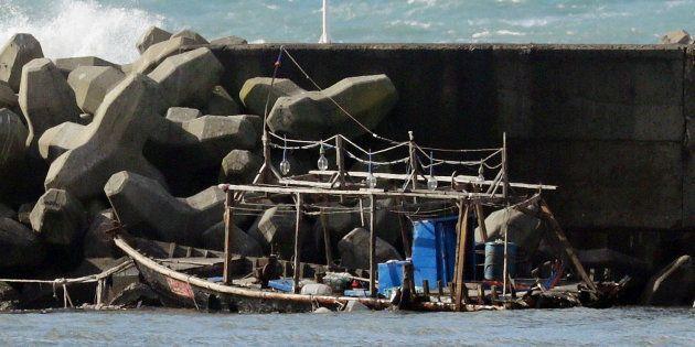(参考写真)防波堤に係留されていた木造船。国籍不明の男性8人が乗って来たとみられる=24日、秋田県由利本荘市 撮影日:2017年11月24日