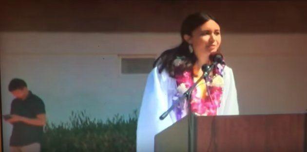 卒業式でスピーチするルラブル・サイツさん