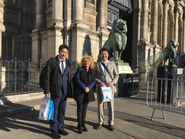 山浦氏(左)と酒井氏(右)。保育関係施設の視察で両氏を迎えたのは、パリ市議会の担当議員シャルノーズ氏。