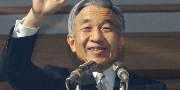 新年の一般参賀に訪れた人に笑顔で手を振る天皇陛下(東京・皇居・宮殿)2004年撮影