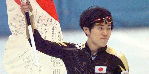 ショートトラック男子500メートル決勝、銅メダルを獲得し日の丸を持って場内を回る植松仁(長野県長野市)
