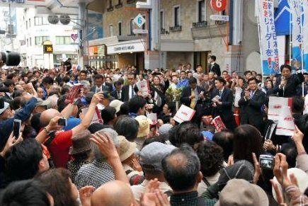 ●衆院選の応援で新潟市を訪れた安倍晋三首相(右端)の演説を聞く聴衆。原発については語られなかった