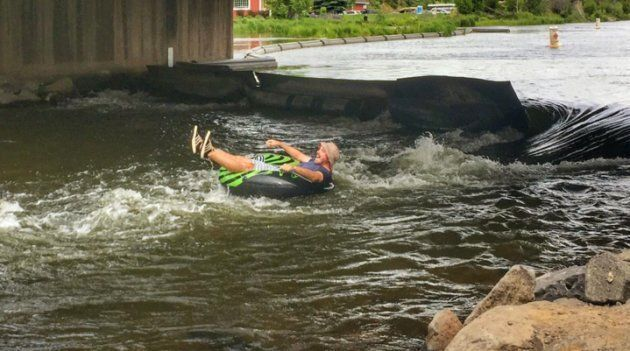 浮き輪に乗って、オレゴン州のデシュート川を川下りするミッチ