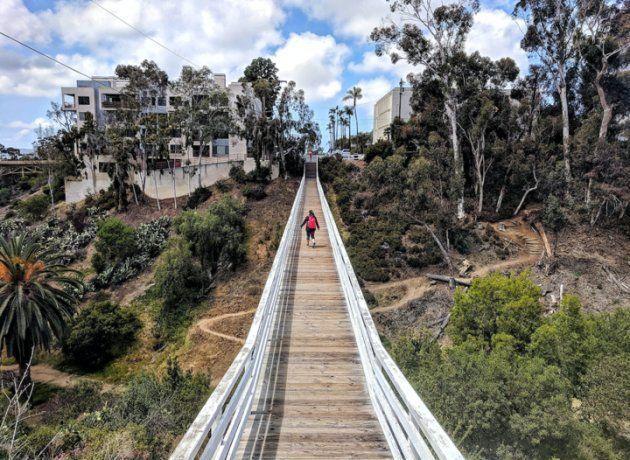 サンディエゴのクィンス・ストリート・ブリッジを渡るヘイリー
