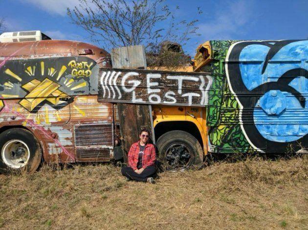 ジョージア州アルトの廃棄物置場で、スクルーバスの横に座るヘイリー