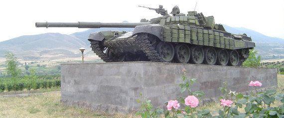 1988年〜94年のナゴルノ・カラバフ戦争でアゼルバイジャン領に侵攻したアルメニア軍のT-72戦車。ナゴルノ・カラバフ共和国の首都とされるステパナケルト郊外で記念碑となっている。