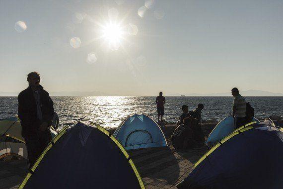 ギリシャ政府、押し寄せる難民を巨大フェリーで運ぶ