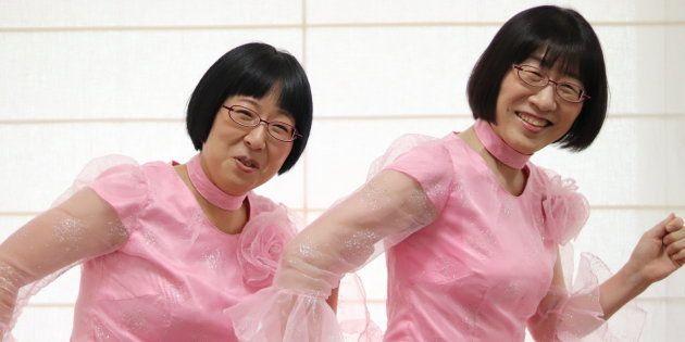 阿佐ヶ谷姉妹の渡辺江里子さん(右)と木村美穂さん