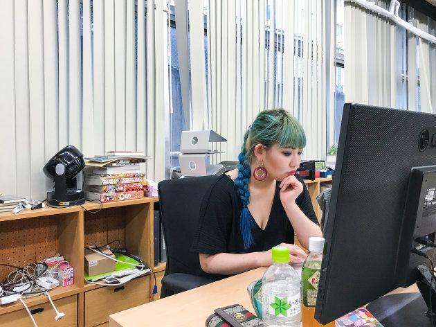 オフィスで仕事中の私。 この日の起床時刻は朝6時半、顔面錬成術師の朝は早い。