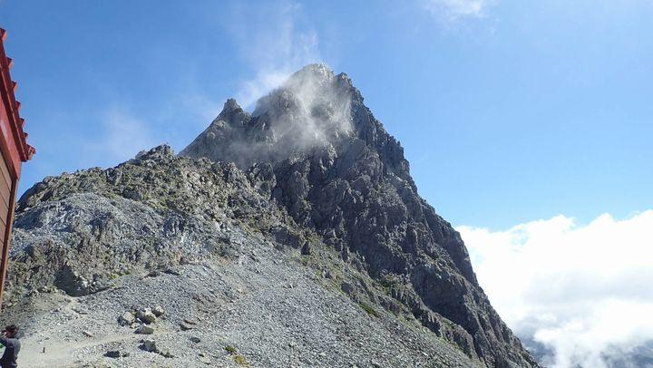 診療所から見上げる槍ヶ岳の山頂