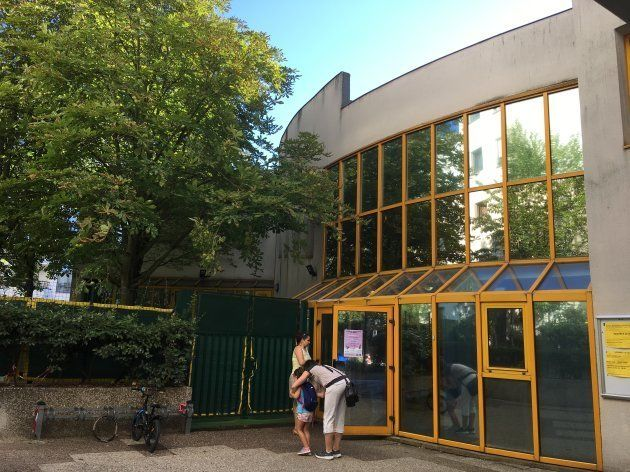 住宅地の一角にある保育学校。園庭は奥まった場所にあり、木に覆われた日陰に作られている。