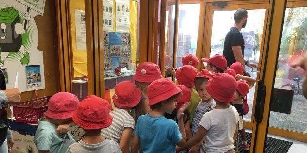 学童保育の移動は市が所有するミニバス2台で行い、移動が数時間に渡るときは大型バスを市がレンタルするという。(フランス・ジョワンヴィル市で撮影)