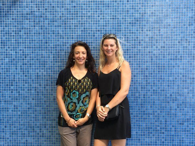 セシルさん(左)と保育学校学童施設長オセアンヌさん(右)と。ともに17歳で児童関係活動の基礎資格を取り、その後ステップアップした。