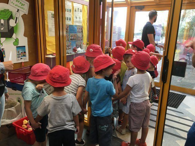 学童保育の移動は市が所有するミニバス2台で行い、移動が数時間に渡るときは大型バスを市がレンタルするという。