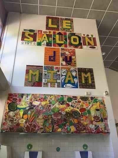 小学校学童制作物...壁装飾は絵画・創作活動の一環で、児童とスタッフが共同制作する。