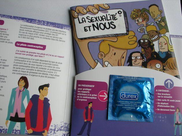 薬局で無料でもらえる性教育の小冊子には、コンドームがついている。