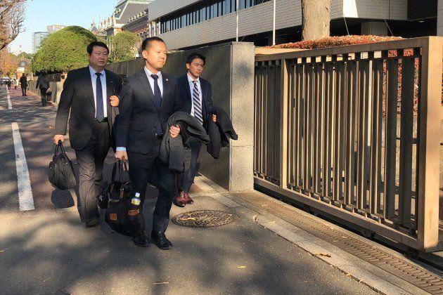 東京地裁に入る原告側弁護団