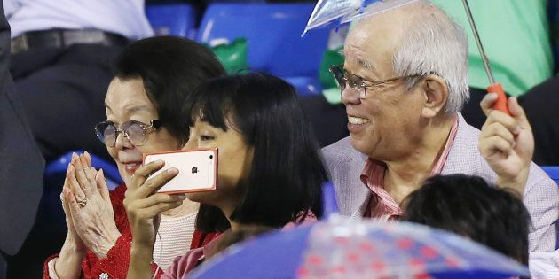 ヤクルト優勝の試合を観戦する元ヤクルト監督の野村克也氏(右)。左は沙知代夫人=2日、神宮球場 撮影日:2015年10月02日