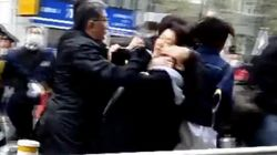 【ヘイトスピーチ】警備の警察官、抗議する女性の首を絞める 画像が拡散
